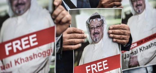 Lundi 8 octobre 2018, plusieurs personnes se sont rassemblées devant le Consulat d'Arabie saoudite à Istanbul, là où Jamal Khashoggi a disparu.  ©OZAN KOSE / AFP