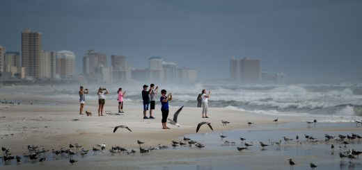 Des Floridiens regardent l'ouragan approcher de la côte à Panama City Beach, le 9 octobre 2018. Crédit photo : Brendan Smialowski / AFP