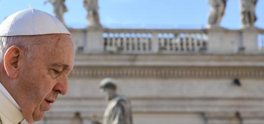 Le pape François devant la place Saint-Pierre de Rome, Mercredi 10 Octobre (Photo Alberto PIZZOLI / AFP)