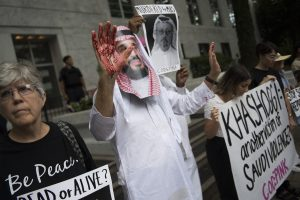 Un manifestant déguisé en Mohammed ben Salman avec du sang sur les mains, devant l'ambassade saoudienne de Washington, le 2 octobre (Jim WATSON / AFP)