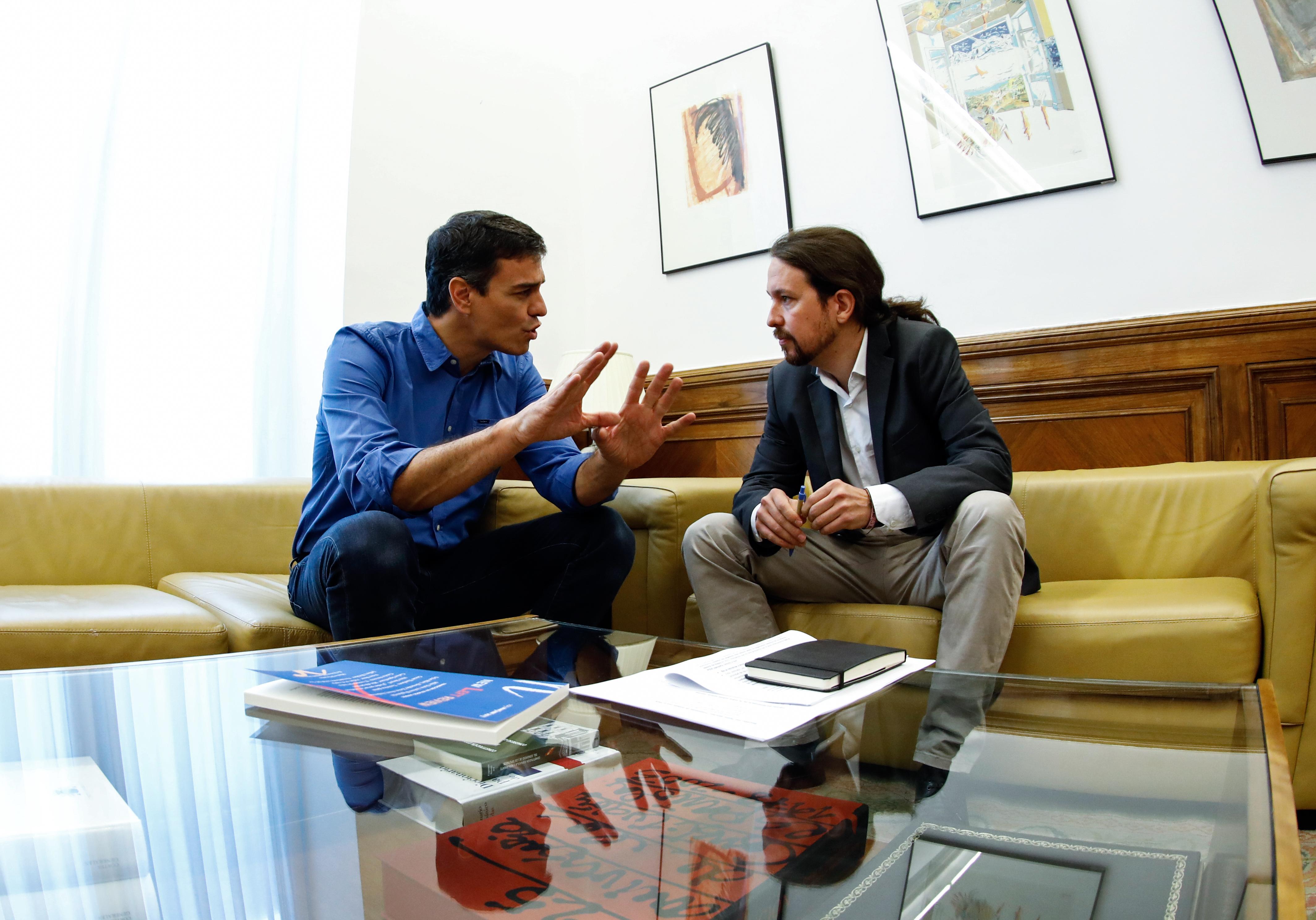 Pedro Sanchez (à gauche) et Pablo Iglesias (à droite) en juin 2017 (illustration). Crédits : Oscar DEL POZO / AFP)