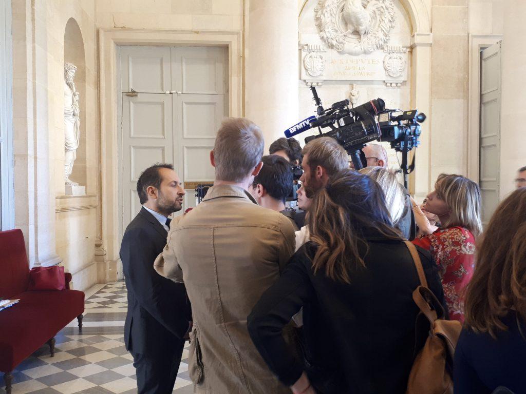 Sébastien Chenu, député Rassemblement National du Nord, répond aux questions des journalistes avant d'entrer dans l'Hémicycle.
