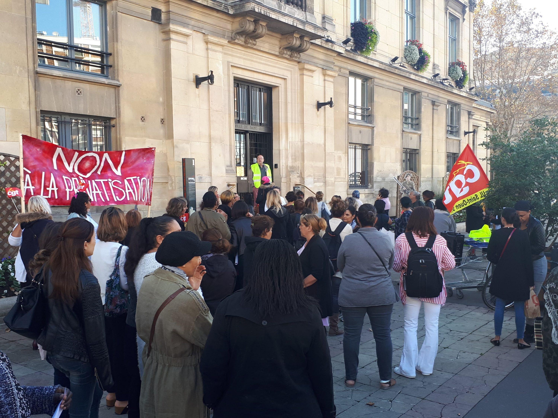 Enseignants, parents d'élèves et agents municipaux se sont rassemblés devant la mairie de Saint-Ouen pour réclamer des négociations avec le maire.