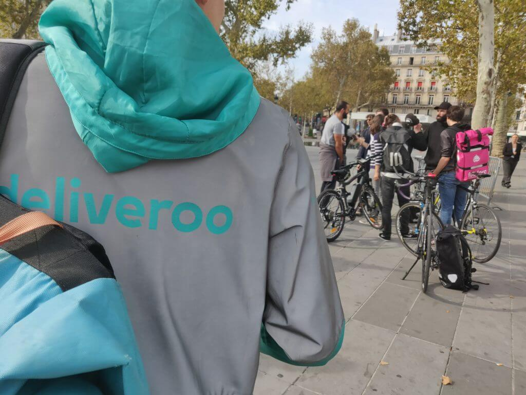 Un livreur Deliveroo lors de la manifestation place de la République, le 12 octobre